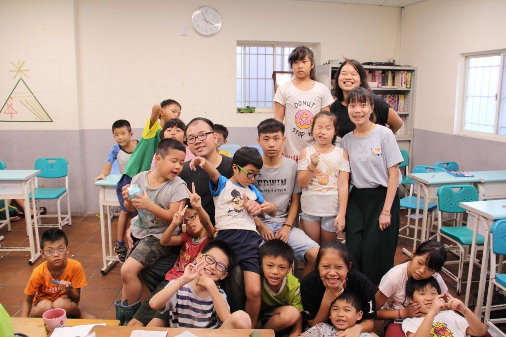 「這裡的孩子過度活潑、好動、不怕生,常常有出人意料的小頑皮,都不知道該氣還是該笑;但有時展現屬於孩子天真美好良善的一面,又讓人覺得溫暖」她說。書屋的定位既像家又像學校,在這樣的結構下,如何教學是一個重大考驗。「我們不會用力要求課業,更多的時候是在協助他們解決困難和心靈疏通。」彩茹來到書屋後一次一次的在教學方式上做更新、調整,嘗試找出更適合這群孩子的主題式教學,整合各種學科、藝術、文化與生活結合,企圖以更活潑、多元的方式激發孩子的好奇心與學習力 | 小草書屋∞青草職能學苑