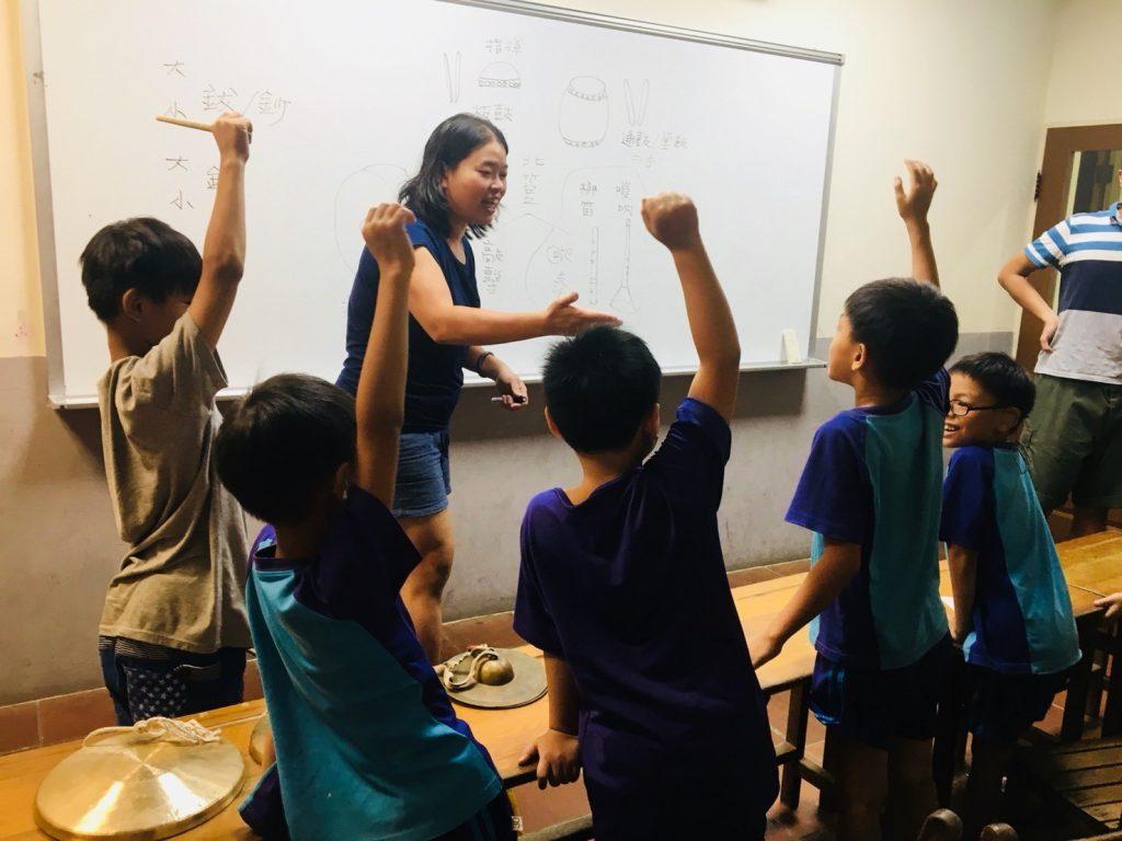 用分組學習強化團隊合作,還有以高年級學長姐帶領低年級學弟妹等方式,去促進孩子對團隊的融入和榮譽心,從中感受到幫助他人和學習的成就感。她說後備支援不足的孩子,往往更早面對到現實的殘酷,透過陪伴小草,能讓他們內心擁有足夠的能量,能有多一點照顧自己的能力與待人接物的智慧,期望小草未來保有個人的完整獨特,同時面對 社會時,有辦法處理不同的挑戰,站穩腳步後,成為有能力陪伴自己、家人、甚至是社會的人,勇敢坦率地邁向未來。 | 小草書屋∞青草職能學苑
